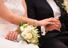 带着结婚戒指的手图片(10张)