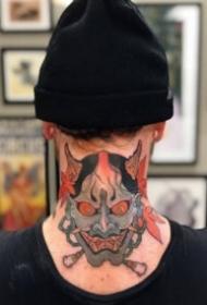 纹在后颈部脖子上的个性纹身图