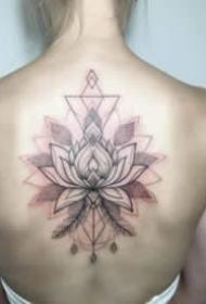 适合女生的后背漂亮花朵纹身图片