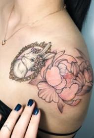 适合女生锁骨到肩部的唯美纹身图案18张