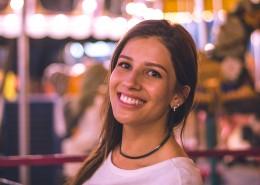 咧嘴笑的美女图片(11张)