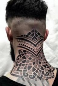 后脖梗子上的颈部点刺繁花纹身图案
