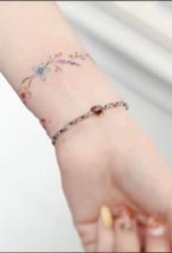 环绕手腕的小清新花环手环纹身