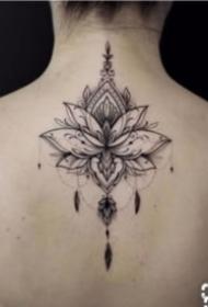 女孩子后背唯美的脊柱梵花纹身图案