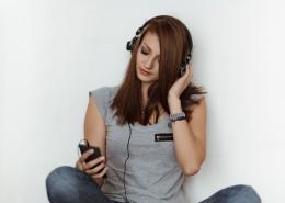 听音乐的美女图片(9张)