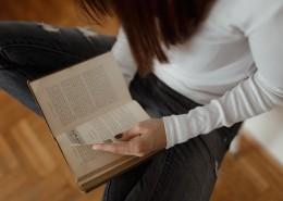 看书的漂亮女孩图片(12张)