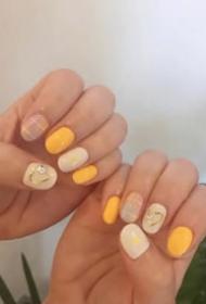 一组亮眼的柠檬黄色美甲,适合白皮小仙女