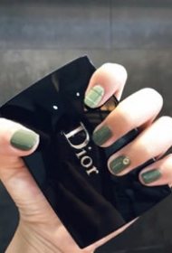 无限生机的墨绿色春季美甲图片欣赏