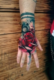 8张手背部的炫彩写实玫瑰花纹身作品