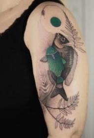 大臂上好看的点刺彩色水墨纹身作品9张