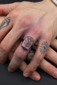 手指纹身图  简单却不失创意的手指纹身图案