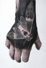 黑色手背纹身 手背上深黑色的纹身作品欣赏