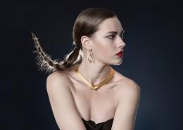 戴项链的美女图片(10张)