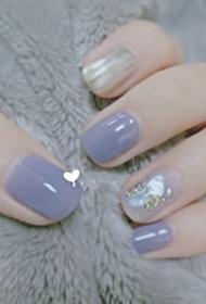 低饱和度的灰紫色美甲,温柔又治愈