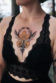 胸部花卉纹身 oldschool风格的9组花胸纹身图案