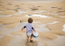 在海边玩耍的小女孩图片(10张)