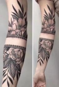 女性各部位的9款黑灰色素花纹身图片