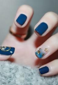 经典的蓝色系美甲,特别清