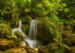 山涧中的瀑布图片(15张)