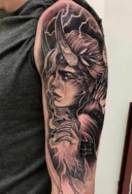包臂女郎纹身  黑灰色的