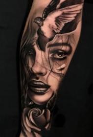 欧美包小臂的一组黑灰纹身作品图
