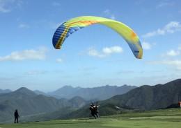 惊险刺激的滑翔伞运动图