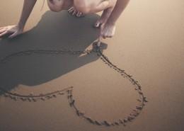 沙滩上的心形图案图片(10张)