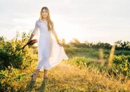 穿白裙的长发美女图片(11张)