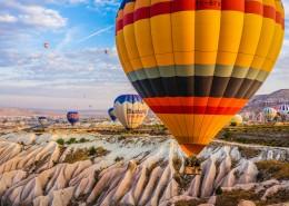 土耳其卡帕多西亚冉冉升起的热气球情景图片(10张)