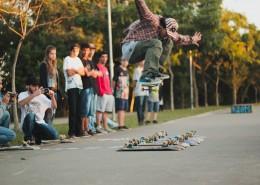 滑滑板的时尚青年图片(1