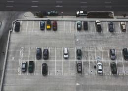 从高空中鸟瞰停车场图片