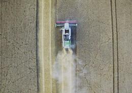 农田上的收割机图片(13