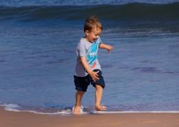 在海边玩耍的小男孩图片(11张)