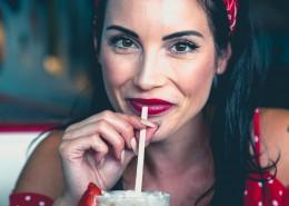 用吸管喝饮料的美女图片(12张)