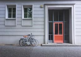 停在门口的单车图片(12