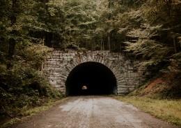 阴暗的公路隧道图片(12