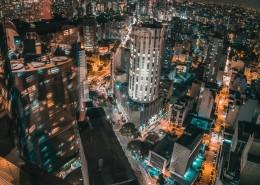 灯火辉煌的城市建筑图片