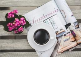 桌子上的咖啡和鲜花的图