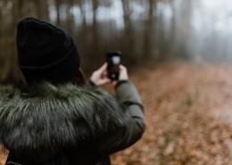 在森林里郊游的女孩图片(12张)