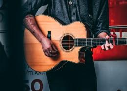 弹吉他的男子图片(10张)