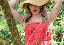 穿着红色裙子带着橙黄色的帽子的外国女子图片(9张)