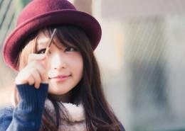 戴着紫色帽子的长发日本
