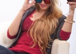 戴着墨镜举着酒杯的金发美女图片(10张)