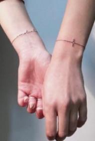 极简手腕小臂上的线条手环等纹身图案