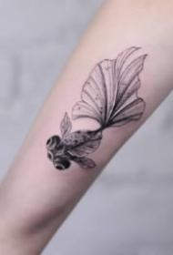 小巧可爱的几张小金鱼纹身图片