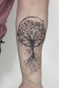 很好看的一组9张黑灰小树纹身图片