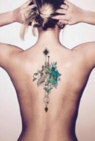 女生后背脊柱上的一组小清新纹身作品图片