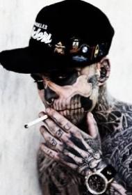 超帅的适合当头像的纹身帅哥抽烟图片