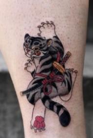 拿武士刀的趣味school小老虎纹身图案