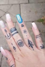 手指上的一组小纹身图片作品
